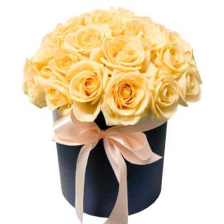 Цветы в коробке «Кремовые розы»