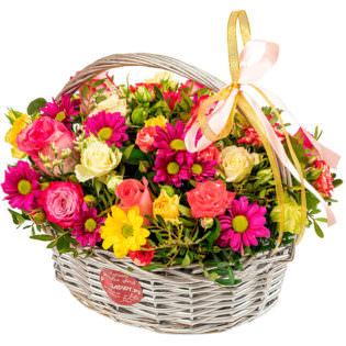 Цветы в корзинке с хризантемами