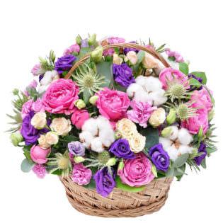 Цветы в корзинке с декоративными цветами
