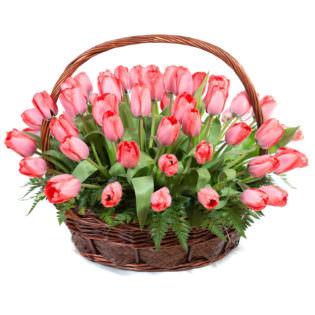 Цветы в корзинке с тюльпанами